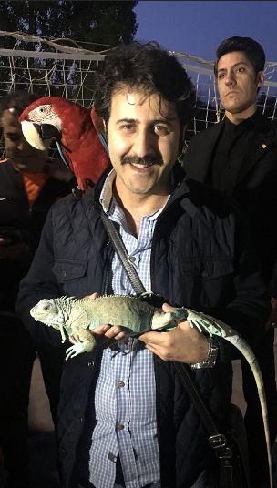 عکس هومن حاجی عبداللهی در کنار حیوانات