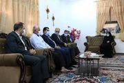 دیدار جمعی از مشاوران و مدیران سازمان منطقه آزاد قشم با خانواده شهید حسین تارک