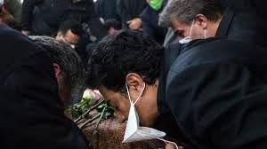 عکس غم انگیز و تکان دهنده از همایون شجریان بر سر مزار پدرش + عکس