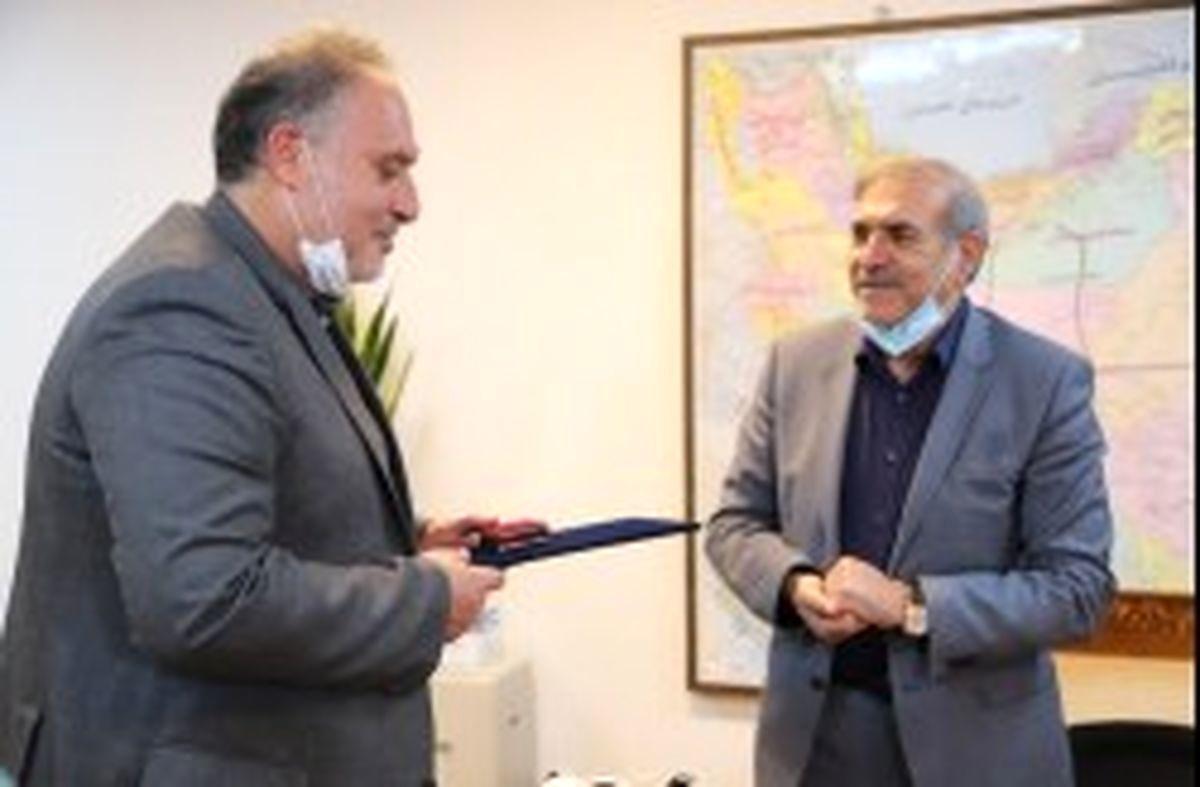 تقدیر از شاعر انقلابی در دبیرخانه شورای عالی مناطق آزاد