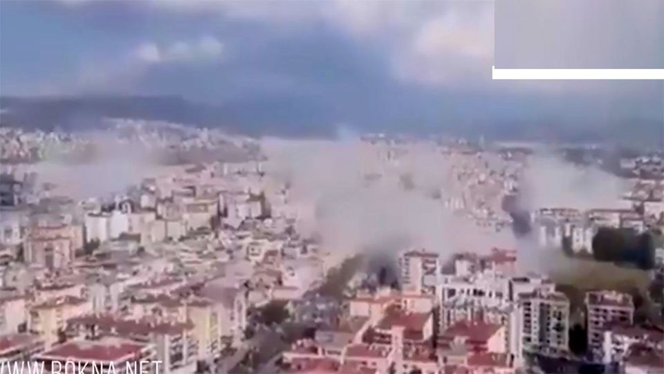 لحظه ریزش ساختمان ها در ترکیه هنگام زلزله شدید + فیلم وحشتناک